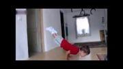 بچه ای با قدرت یک ورزشکار بدنساز