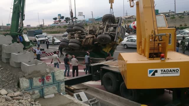 واژگونی کمپرسی دربزرگراه کمربندی تهران
