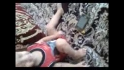 بازی کردن کودک یک ساله با گوشی موبایل