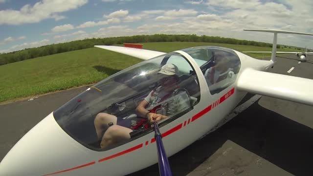 گرفتن عکس سلفی توسط خلبان یک هواپیمای در حال پرواز