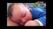 کودکی که در خواب می خندد