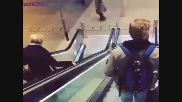ماجرای جالب پیرزن و پله برقی+فیلم ویدیو کلیپ باحال جذاب