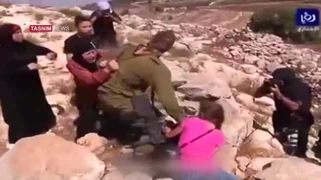 کتک خوردن نظامی صهیونیست از زنان فلسطینی