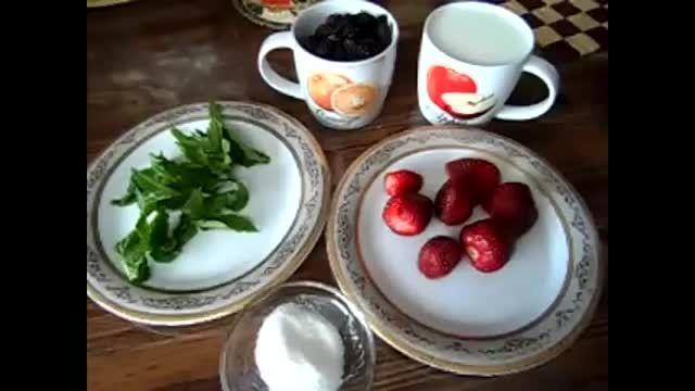 اسموتی توت فرنگی و توت سیاه