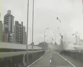 لحضه سقوط هواپیمای مسافربری در تایوان