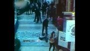 صحنه سقوط نوجوان از سقف شیشه ای بازار