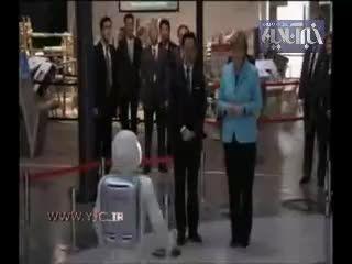 دیدار صدر اعظم آلمان با روبات انسان نما!