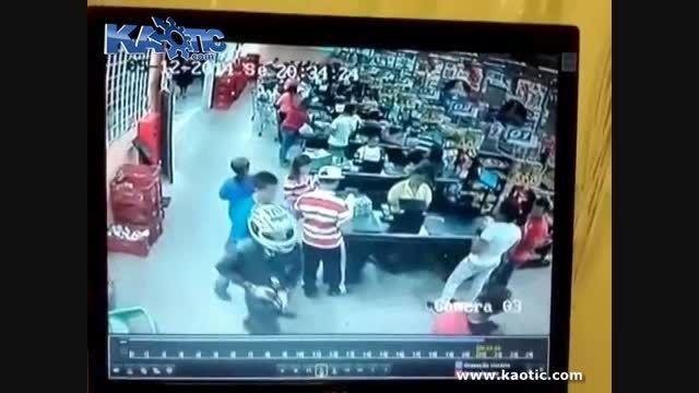 درگیری مسلحانه در فروشگاه ...!