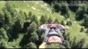 پرواز هیجان انگیز انسان برفراز کوهستان با لباس جدید و عجیب2
