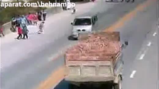 لحظه تصادف پسر بچه با کامیون(دلخراش)..!