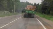 حادثه خنده دار واژگونی کامیون در جاده.....