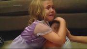 یک خواهر مهربان نگران از دست دادن خواهر کوچکش است