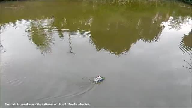 آزمایش یک مدل قایق موتوری کنترولی دو موتوره!