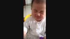 خوردن لیموترش توسط بچه