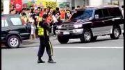 رقص پلیس ترافیک در وسط خیابون