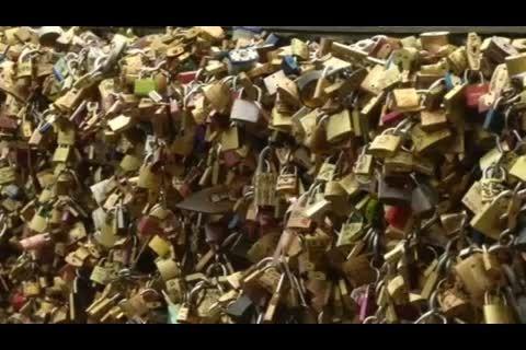 بخشی از پل هنر پاریس به خاطر وزن قفل های عشق فروریخت