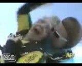 سقوط آزاد یک پیرزن از هواپیما