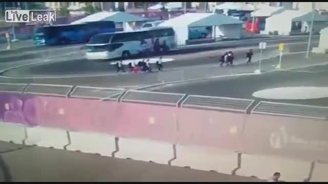 باور نکردنی - له شدن 3 شناگر قهرمان اروپا توسط اتوبوس