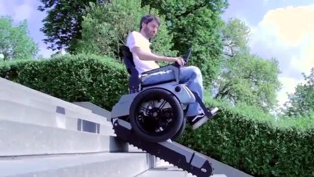 صندلی چرخ دار الکتریکی با قابلیت عبور از پله ها