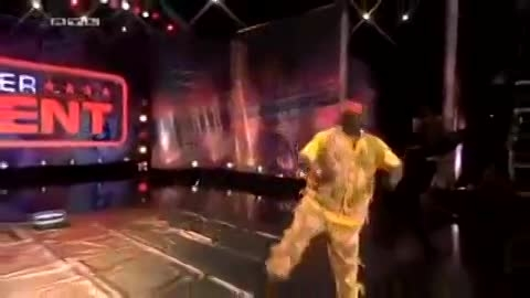 گینس جلوی این مرد زانو زد