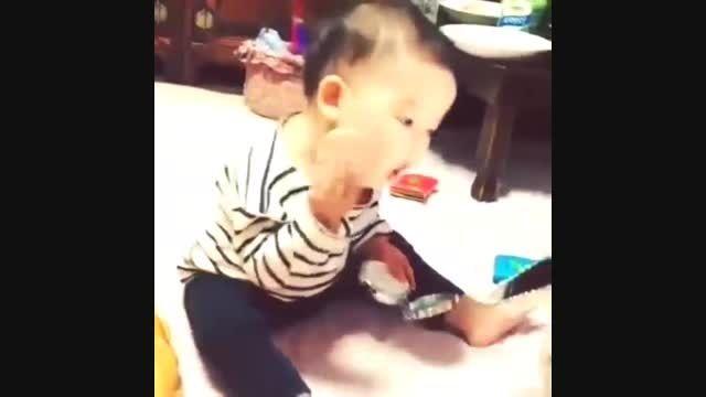 وقتی که بچه از مادرش تقلید میکند !