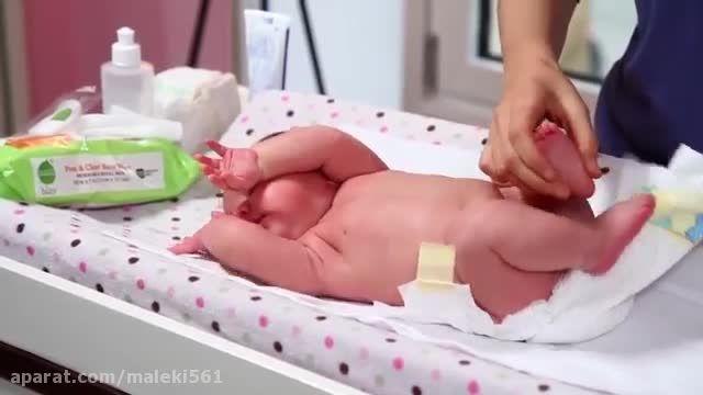 آموزش  گام به گام تعویض سریع پوشک نوزاد دختر