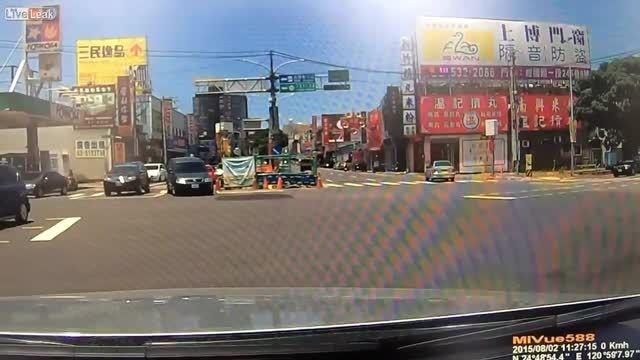 تصادف و سقوط در خیابان
