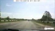 پرتاب شدن ماشین به حاشیه جاده به خاطر ترکیدن لاستیک جلو