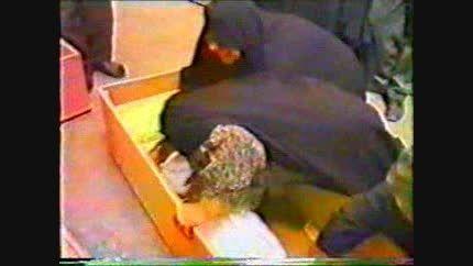 مادری کنار تابوت و استخوان های فرزندش