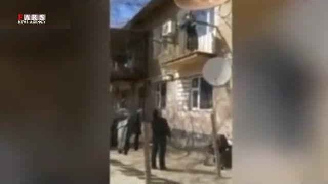 مادری که فرزندش را از بالکن پرت می کند!