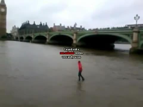 سوتی داینامو در اجرای راه رفتنش روی آب