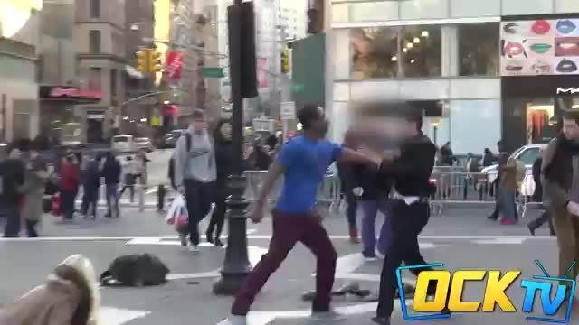 وقتی یک کودک را در خیابان می زنند مردم چه کار میکنند؟