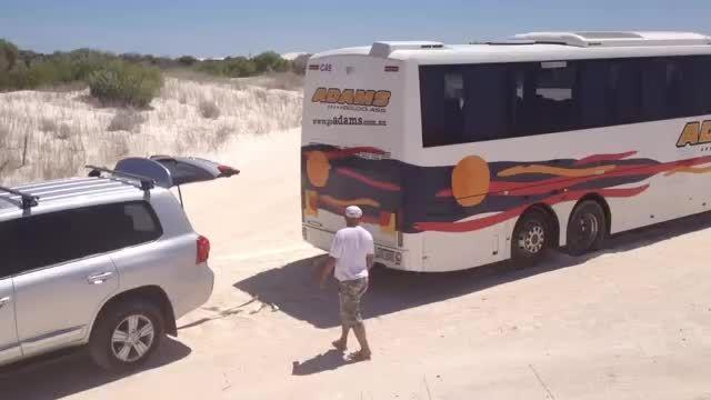 تویوتا لندکروز اتوبوس را نجات میده