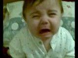 بچه ای که با شنیدن صدای روضه شروع به گریه میکنه!!!