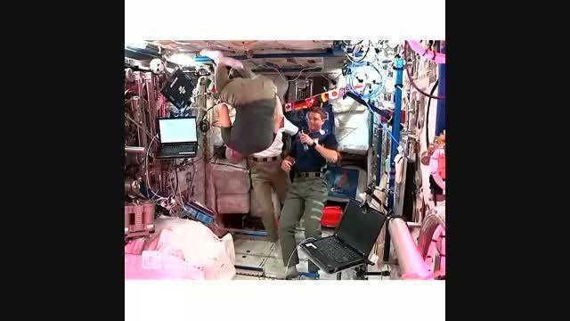 فضانورد ناسا معلق در هوا *_*