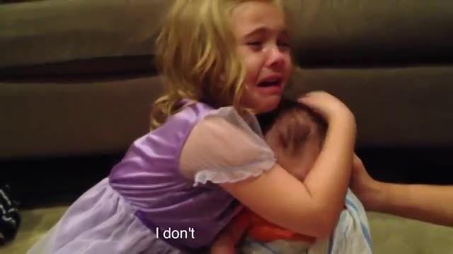دختری که نمی خواهد برادر کوچکش یزرگ شود.