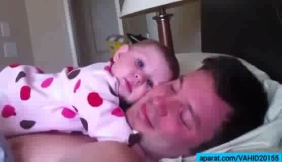 بچه ی بانمک و بامزه با پدرش