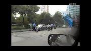 درگیری دانشجویان چینی با فرد چاقوکش!!!