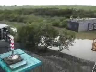 حادثه وحشتناک سقوط جرثقیل در رودخانه