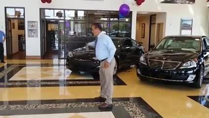 رقص جالب صاحب نمایشگاه ماشین