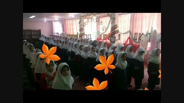 همخوانی دانش آموزان در اجرای سرود معلم