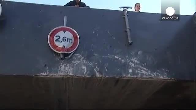 دهها زخمی در برخورد سقف یک اتوبوس با پلی کم ارتفاع
