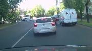 درگیری راننده ها وپرس کردن علنی راننده بین دوتا ماشین