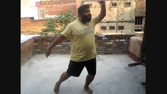 مسخره کردن یک بازیگر خانوم هندی توسط یک مرد هندی