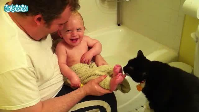 بازی گربه با بچه قلقلکی!