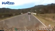 تصادف تکان دهنده چند جوان در جاده !!