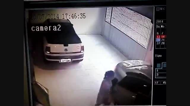 مراقب بچه هاتون باشید ! زیر گرفتن نوزاد توسط خودرو