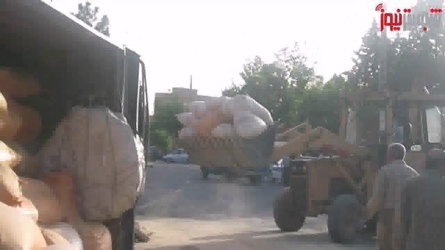 واژگونی کامیون حامل خوراک طیور در مقابل ترمینال شبستر