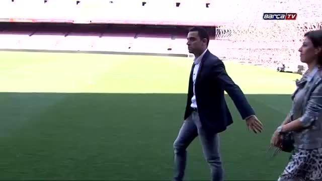 عکس یادگاری ژاوی هرناندز با جام های بارسلونا
