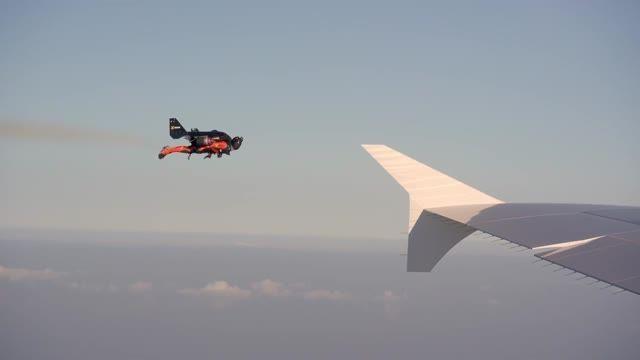 تعقیب و گریز ایرباس A380 توسط انسان با جت پک در آسمان